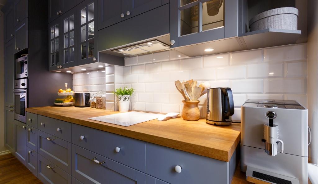 Наша кухня – далеко не самый легкий проект. Столешницы разной высоты, посреди стены проходит труба, да и окно накладывает ограничения…